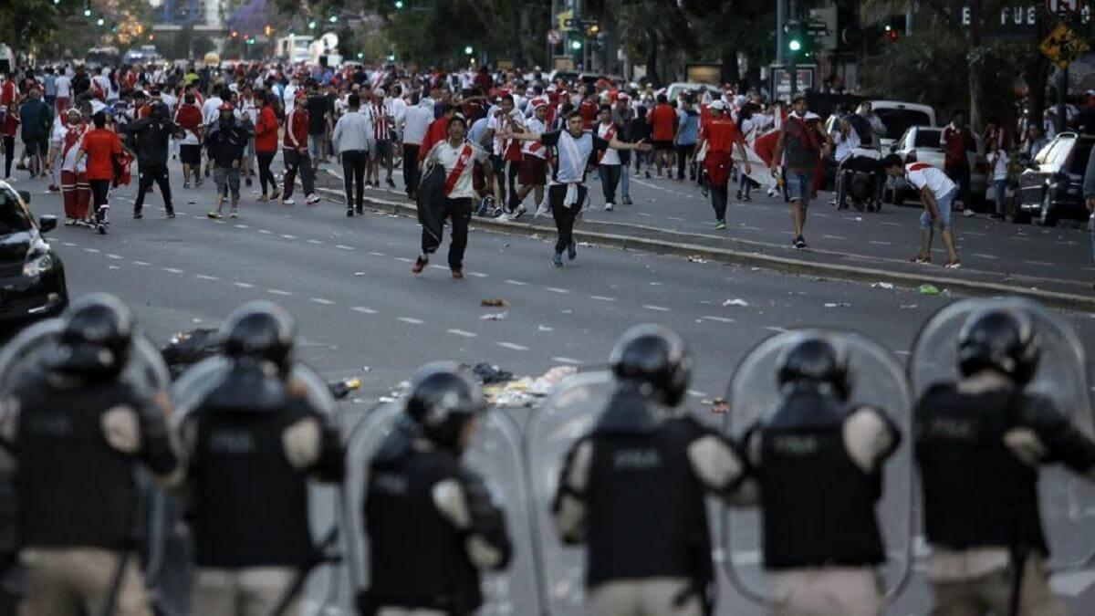 scontri-tra-polizia-e-tifosi-a-poche-ore-dalla-finale-di-ritorno-di-copa-libertadores-tra-river-plate-e-boca-juniors_2151163